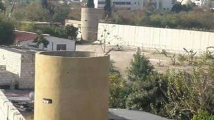 Mur et tour de contrôle autour du camp d'Aïn el-Heloué au Liban
