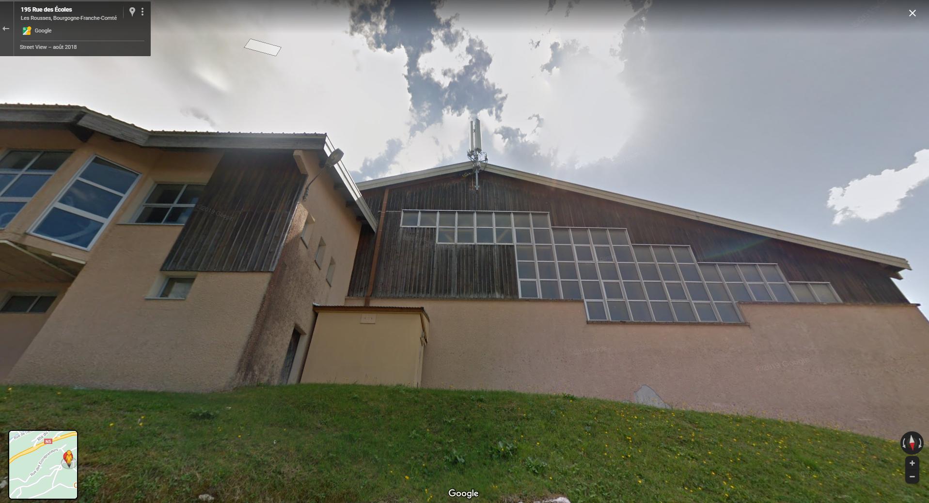 Capture d'écran de la vue 3D sur Google Maps de l'antenne 5G, située au 128, rue des Écoles, aux Rousses, dans le Jura.