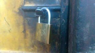 La municipalité de Redcliff a fermé avec des cadenas les maisons de personnes endettées pour les empêcher de retourner dans leur maison. Photo Tendai Mbofana.
