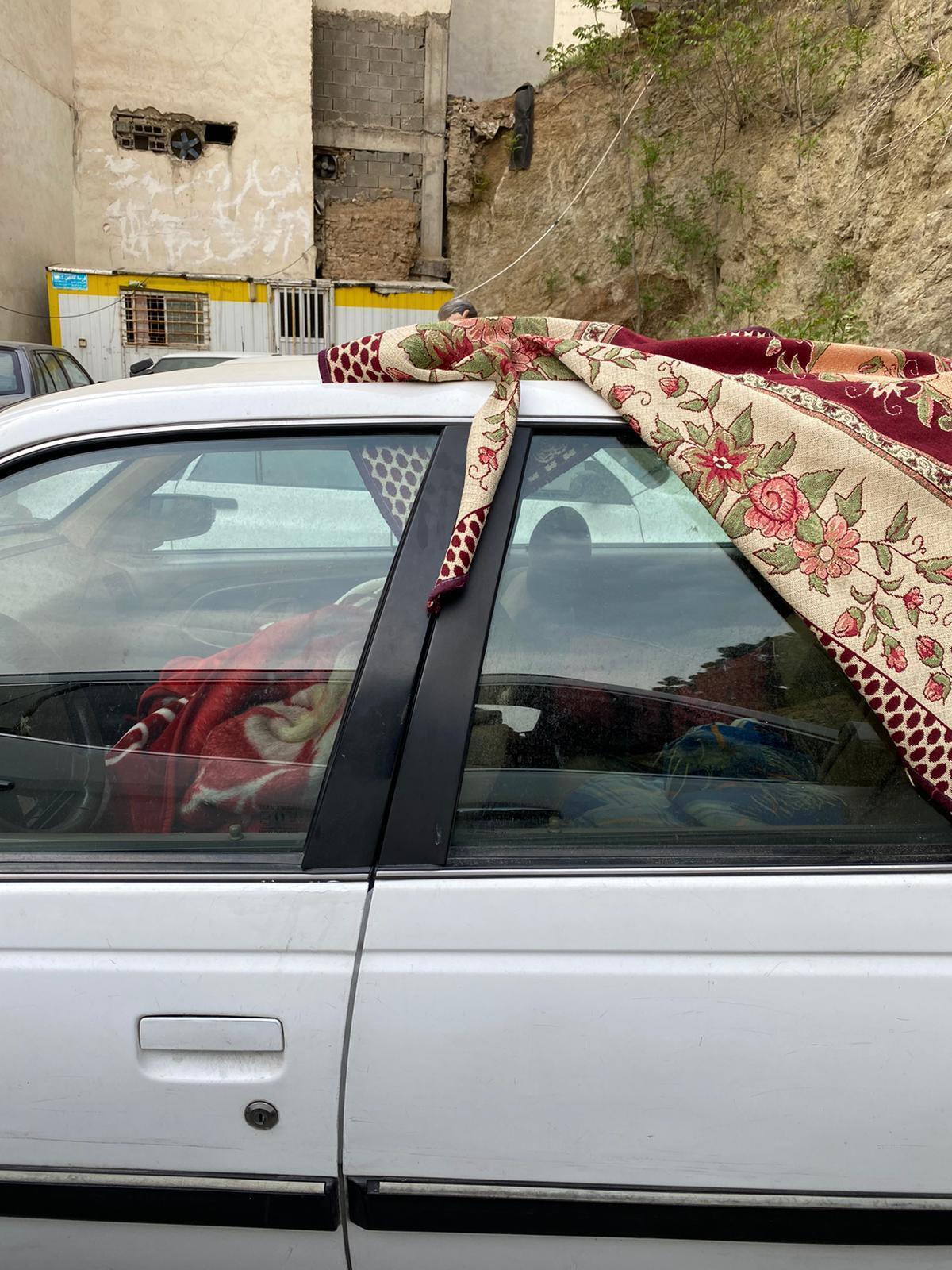 Devant un hôpital de Téhéran, la famille d'un patient, résidant d'une autre ville, dort dans une voiture. Photo prise par notre Observateur le 17 avril 2021.