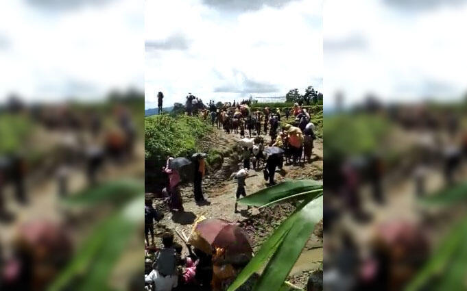 Capture d'écran d'une vidéo amateur montrant des dizaines de civils Rohingya se diriger vers la frontière avec le Bangladesh. Facebook.