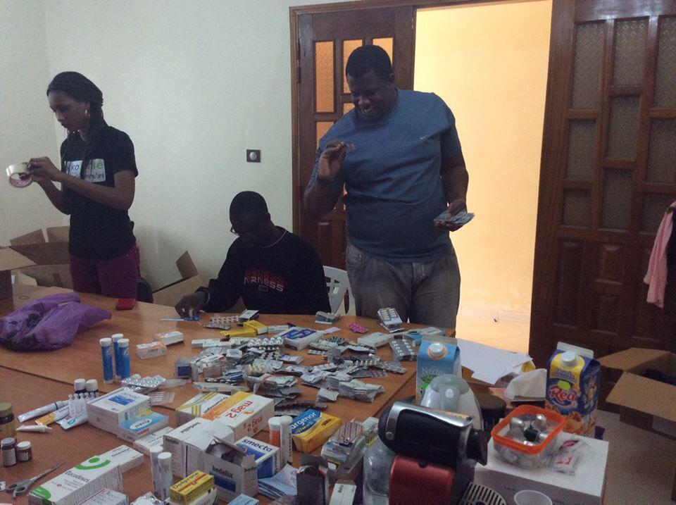 Les médicaments collectés sont ensuite vérifiés et triés par des professionnels de la santé. Crédit photo : JokkoSanté.