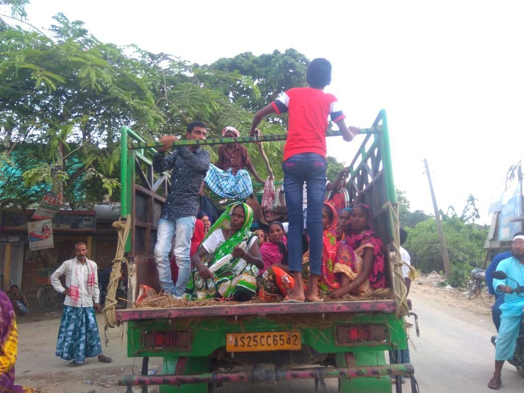 Des habitants des quartiers pauvres du district de Barpeta, dans l'État d'Assam doivent se rendre à un tribunal à 400km de là pour prouver qu'ils sont bien des citoyens indiens. Photo: Rehna Sultana