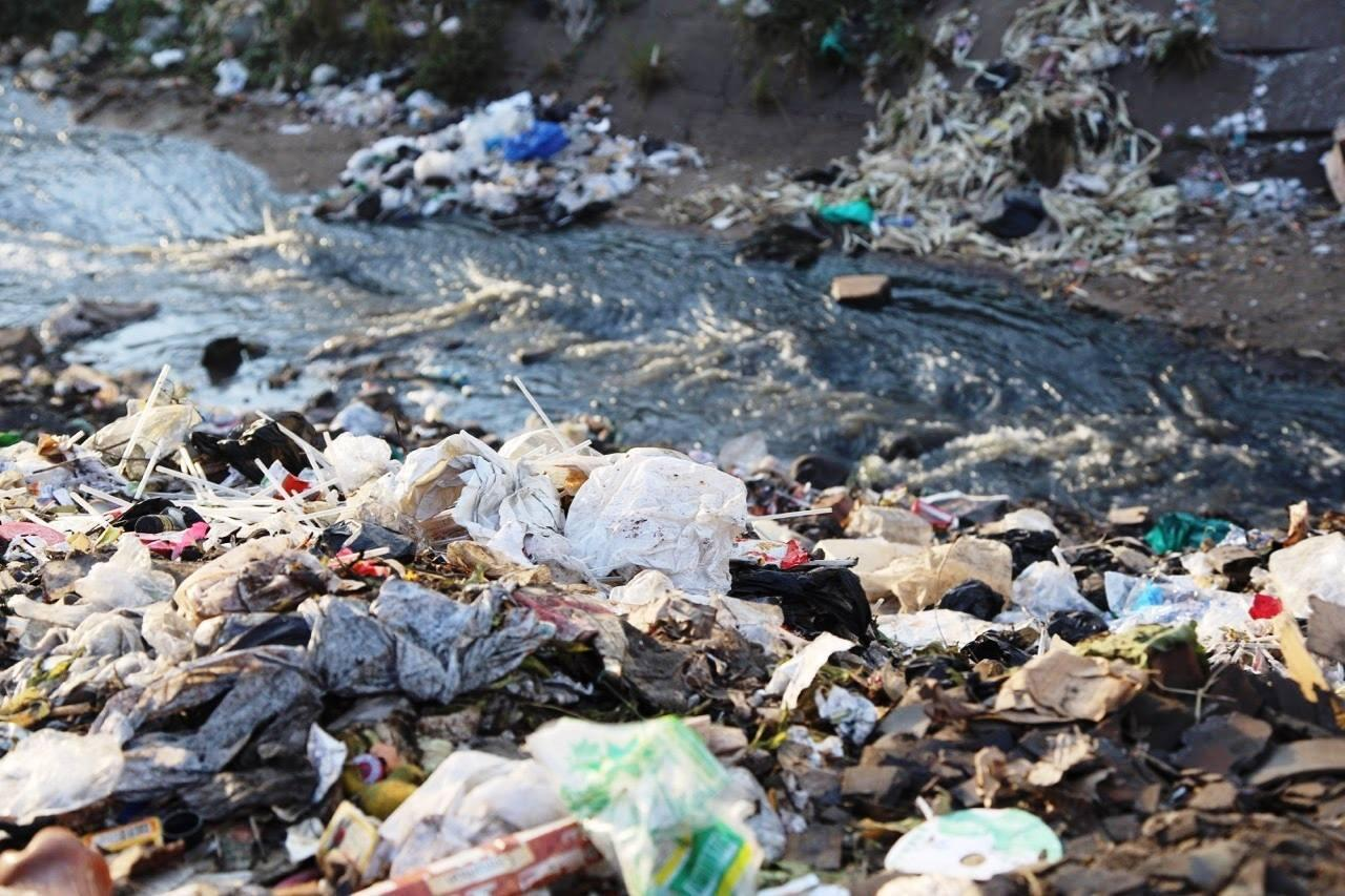 Photo of rubbish and flying toilets piling up in the Nairobi river. Photo from Clean Up Kenya.