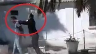 Un policier de Jendouba, ville dans l'ouest de la Tunisie, donne des claques à quelqu'un qu'il vient d'arrêter. Capture d'écran vidéo ci-dessous.