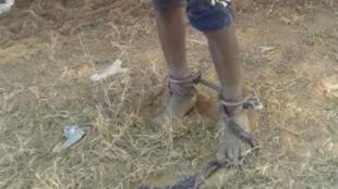 La photo d'un enfant enchaîné par un maître coranique au Sénégal a suscité l'indignation sur les réseaux sociaux. Photo publiée sur Facebook par Guejopaal Gnane.
