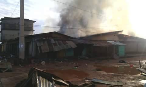 Plusieurs habitations et commerces ont été incendiés. Toutes les images ont été prises dans le quartier de Nyen et transmises par notre Observateur Facely.