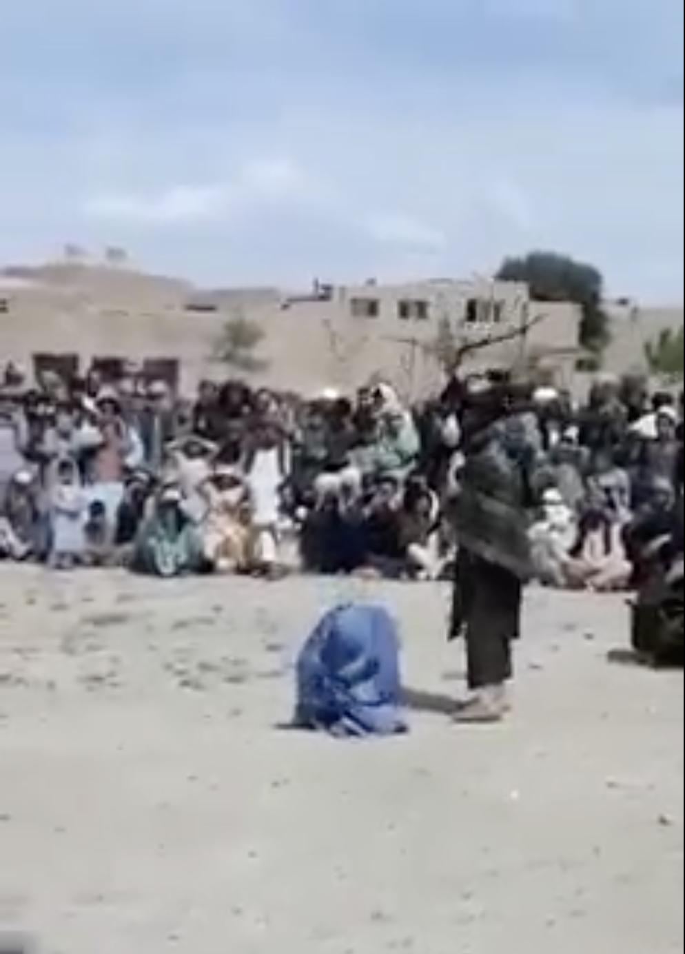 2 membres de Taliban infligent 40 coups de fouet à leur victime, une femme à genoux, sous les yeux d'un large assistance