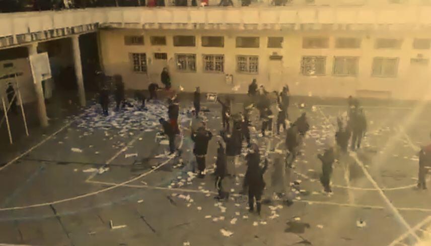 Urnes détruites et bulletins de vote éparpillés à la sortie d'un bureau de vote de Béjaïa. Vidéo relayée par la page Facebook de Berbère Television