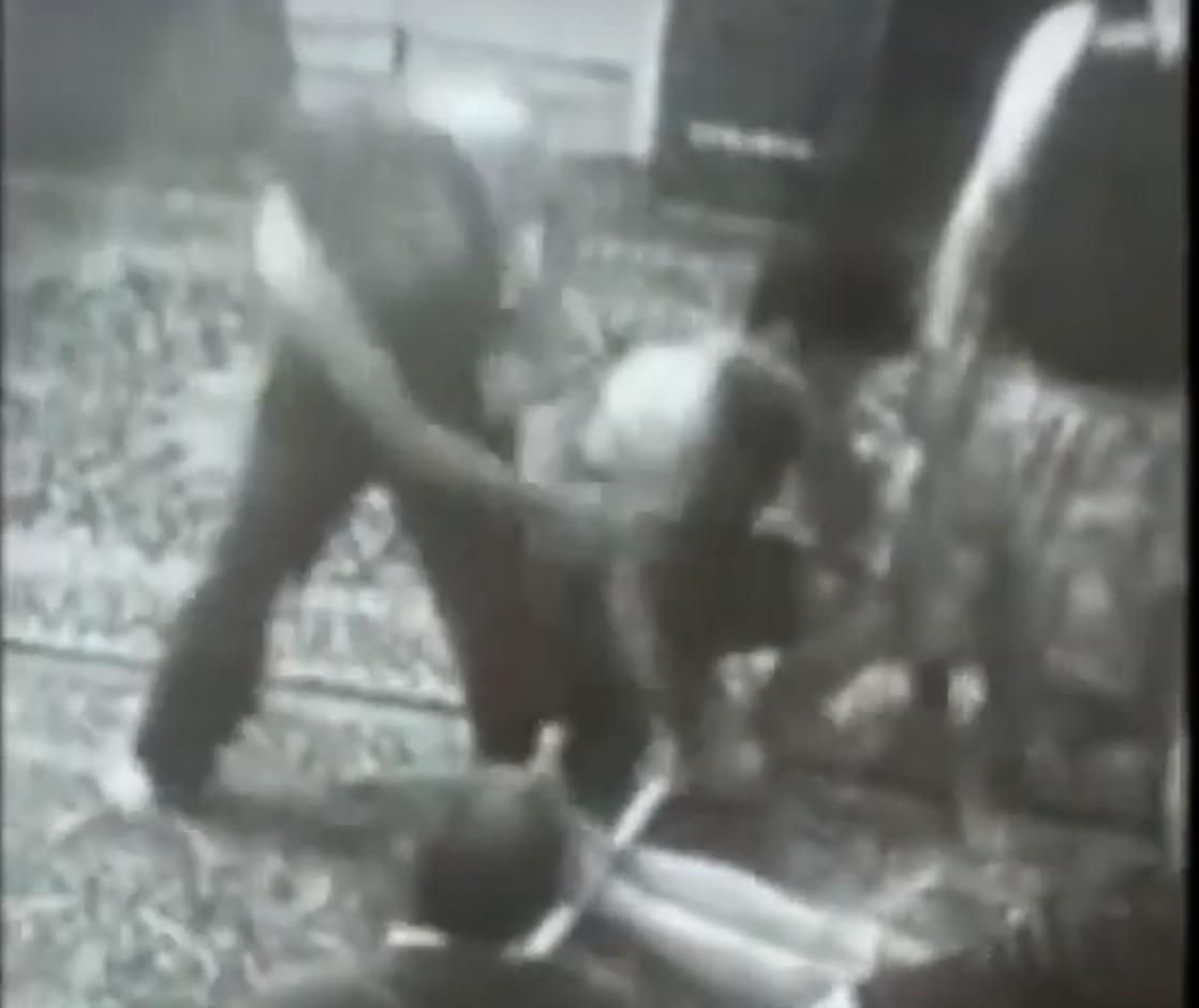 Captures d'écran d'une vidéo publiée pour la première fois en février 2019. On y voit un employé du centre de Langarud, au nord de l'Iran, frappant et fouettant des toxicomanes. .