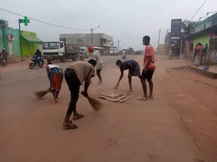 À Daoukro, des jeunes issus des différentes communautés qui se sont affrontées lors des protestations contre le troisième mandat d'Alassane Ouattara nettoient ensemble les rues. Crédit : Facebook.