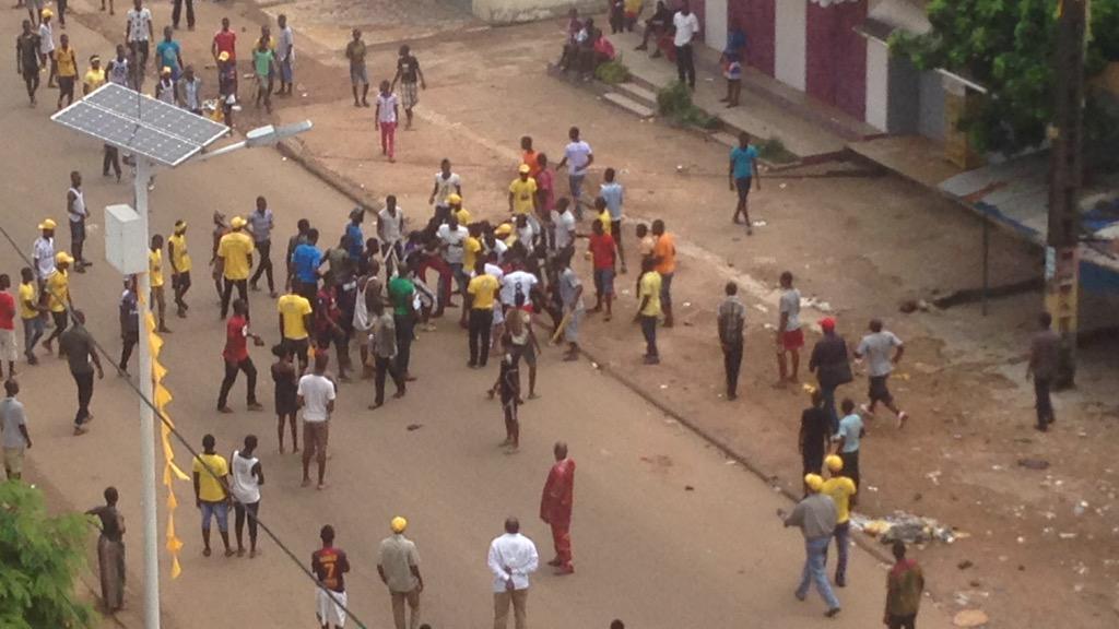 Une échauffourée dans le quartier Dixinn où partisans du président Alpha Condé et de l'opposition se sont empoignés. Capture d'écran vidéo Sally Bilaly Sow.