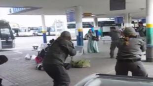Capture d'écran montrant une femme munie d'un couteau blessée par balles par des policiers israéleiens, vendredi à Afula, au nord d'Israël.