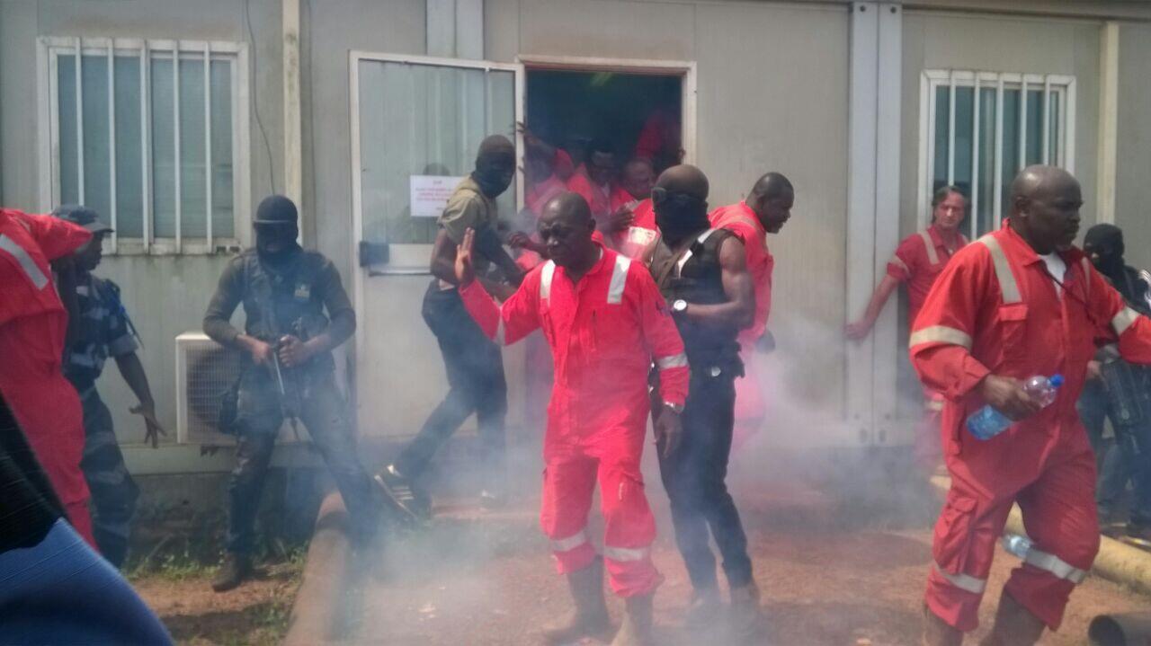 Du gaz lacrymogène a été utilisé par les forces de l'ordre pour faire sortir les grévistes de Maurel & Prom de la salle de contrôle où ils se trouvaient, sur le site d'Onal, le jeudi 23 février.