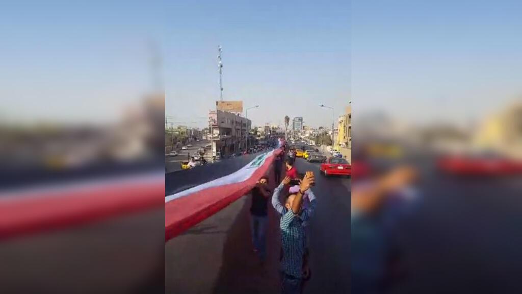 Des habitants de Kirkouk ont déployé le lundi 23 octobre un drapeau géant dans une avenue de la ville.