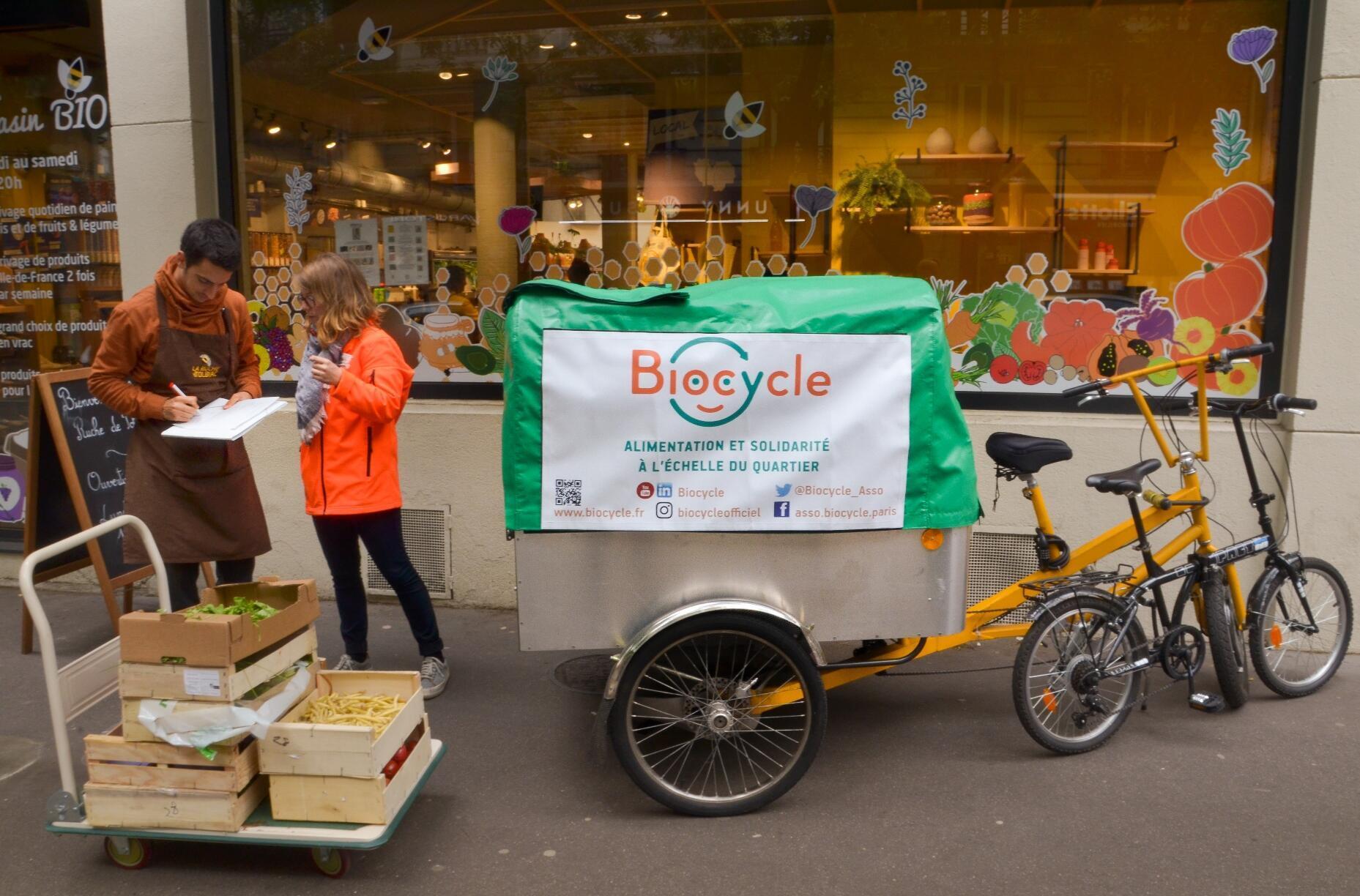 Les bénévoles de Biocycle sillonnent chaque jour la capitale française à bord de leur triporteur à assistance électrique.