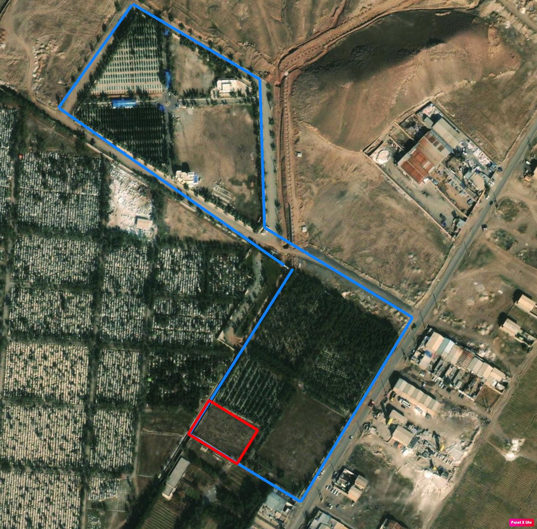 Un cimetière bahaï en bleu, et des fosses communes de Khavaran en rouge. Capture d'écran Google Earth.