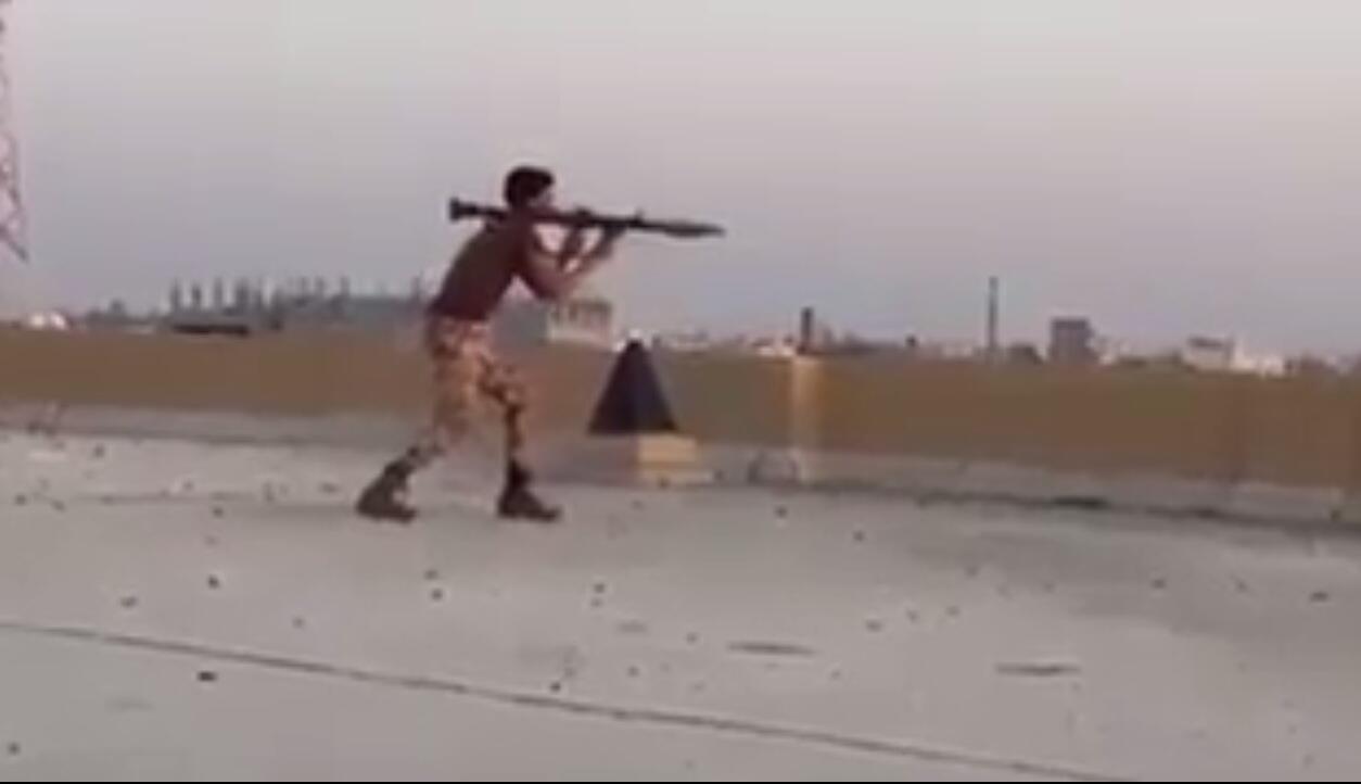Capture d'écran d'une vidéo montrant un combattant chiite dans la ville d'al-Awamiya, dans l'est de l'Arabie saoudite.