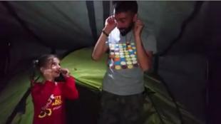 Notre Observateur, réfugié en Belgique, apprend une chanson en flammand à une petite fille réfugiée. Camp d'Idomeni, en Grèce, début 2016.