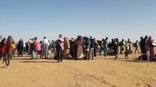 Screengrab of a video showing asylum seekers on their way to the sit-in in front of the offices of the UNHCR in Agadez, Niger. (Video filmed by our Observer Murtada Jomâa.)