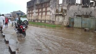 Les rues de Kisangani, l'une des principales villes dans le nord-est de la République démocratique du Congo, inondées après la montée des eaux du fleuve Congo. Photo prise par Steve Mbusa.