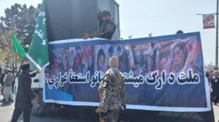 La cabine blindée dans laquelle Gulbuddin Hekmatyar a participé à la manifestation.