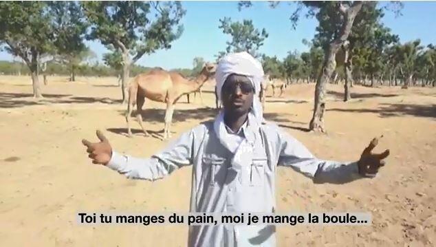 """Le comédien Ahmat Ebidami dans son clip satire contre les """"Djiddos"""", les habitants des villes au Tchad."""