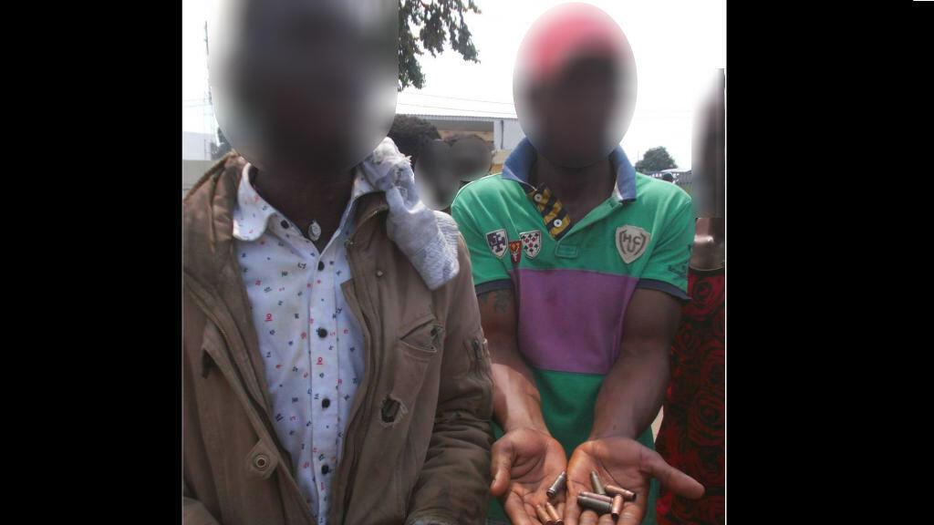 Opposants montrant des balles utilisées pour réprimer les manifestations à Brazzaville, le 20/10/2015. Crédit : RFI. Photo floutée par France 24.
