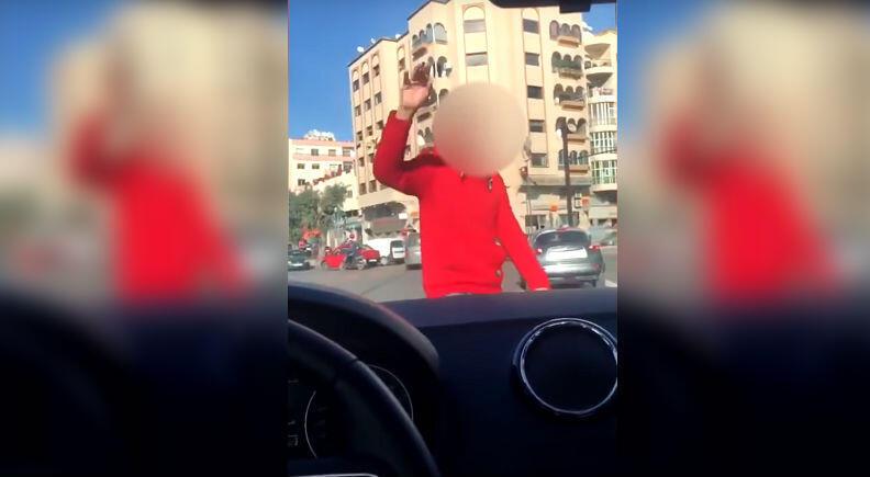 فتاة تتعرض للتحرش وهي في سيارتها بقلب مدينة الدار البيضاء. صورة ملتقطة من فيديو نشرته على يوتوب.