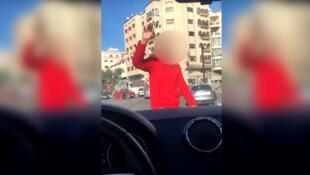 Une femme se fait agresser dans sa voiture en pleine circulation à Casablanca. Capture d'écran d'une vidéo publiée sur YouTube.