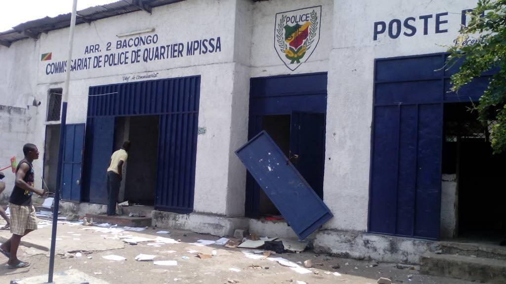 Un commissariat endommagé, dans le quartier de Bacongo, à Brazzaville, le mardi 20 octobre 2015. Toutes les photos ont été envoyées par notre Observateur.