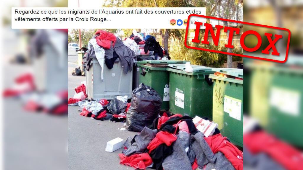 Cette image affirme montrer des vêtements offerts à des migrants arrivés par l'Aquarius et jetés à la poubelle. La photo est en fait hors contexte.