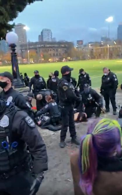 Une capture d'écran d'un livestream posté sur Intagram le 20 décembre montre la police de Seattle arrêtant plusieurs individus.