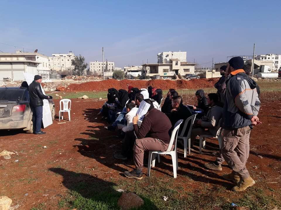 Des étudiants de l'Université Libre d'Alep font cours sur un terrain vague. Photo Facebook
