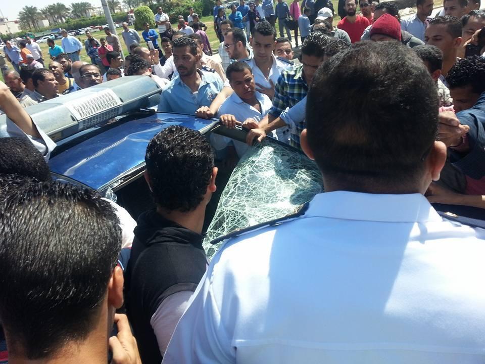Des riverains en colère ont saccagé une voiture de police après cette bavure. Photo Facebook.