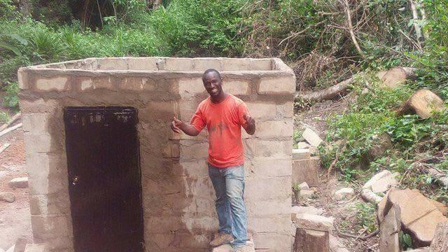 Ibrahima Tounkara devant sa petite centrale hydroéléctrique à Bolodou, en Guinée. Photo : Ibrahima Tounkara