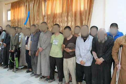 """Les Forces démocratiques syriennes ont diffusé le 15 octobre des photos de """"combattants de l'organisation Etat islamique qui se sont constitués prisonniers""""."""
