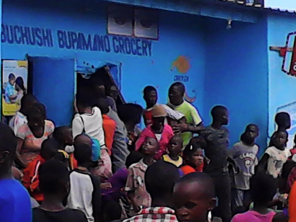 Des habitants du quartier Zingalume à Lusaka attaquent une boutique tenue par un étranger. Crédits photo : Zambia Watchdog.