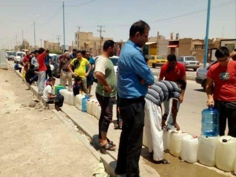 Des habitants de Khorramchahr font la queue pour obtenir de l'eau utilisable, le 30 juin 2018.