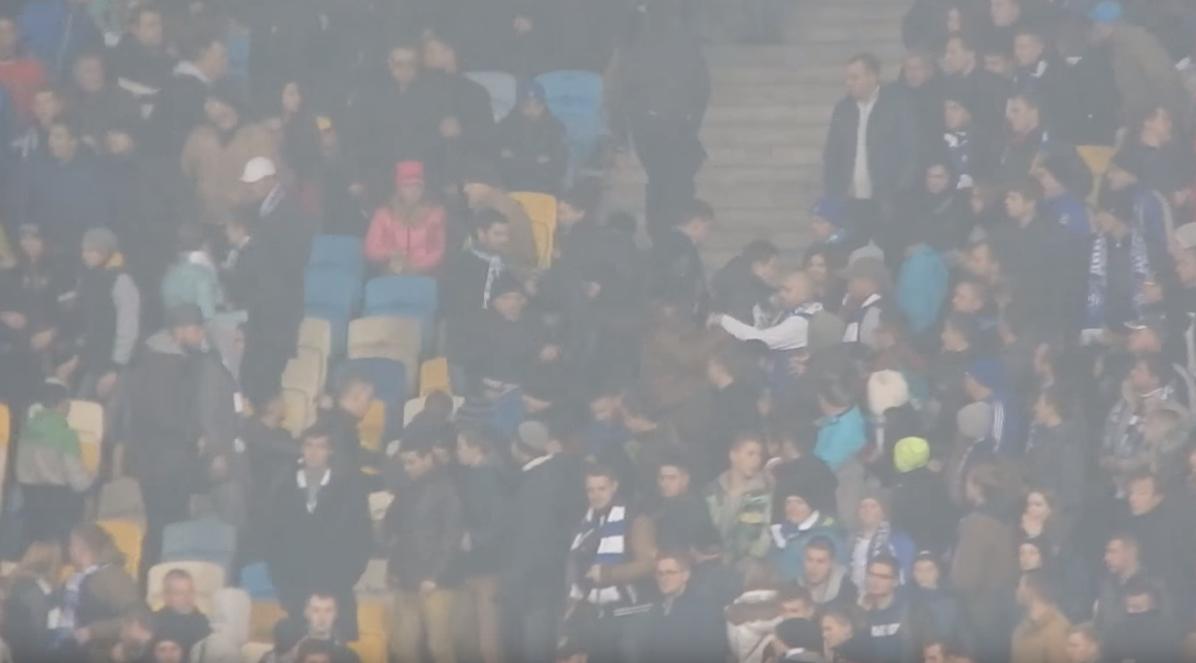 Capture d'écran de la vidéo récupérée par Fare et montrant l'agresssion de quatre spectateurs noirs dans le stade de Kiev, mardi 20 ocotbre 2015;