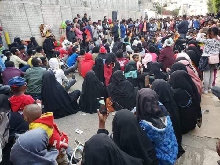 Rassemblement des migrants devant le bureau de l'UNHCR à Sanaa le 8 mars 2021.