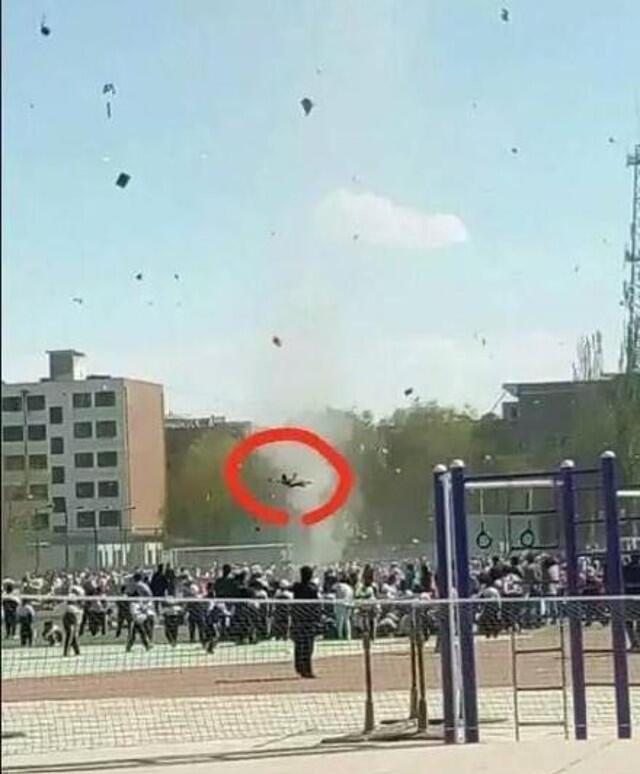 Un écolier s'est retrouvé propulsé en l'air pendant quelques secondes après le passage d'une mini-tornade sur un terrain de sport en Chine.