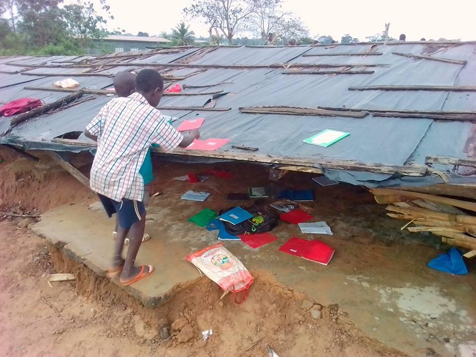 Sous l'effet d'une pluie battante, une école d'un petit village du sud-ouest de la Côte d'ivoire, Pogréagui, s'est effondrée sur élèves et professeurs lundi 23 octobre. Photos Maxwell Benié.