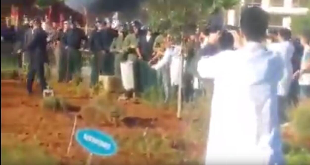 Des étudiants de la faculté de médecine de Rabat en blouse blanche filment la police qui met fin à leur manifestation sur le campus. Capture d'écran vidéo ci-dessous.