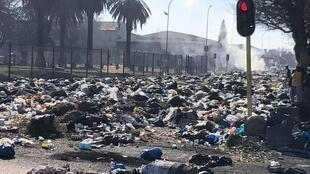 On August 23, residents of Standerton, South Africa dumped their uncollected refuse on the street in front of the Lekwa municipal building (Photo: Twitter).