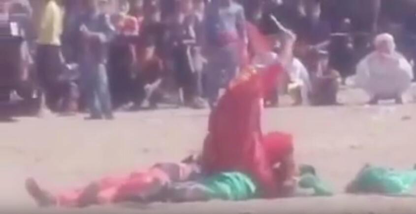 Capture d'écran de la vidéo YouTube montrant l'évacuation par la police d'un acteur jouant le rôle du meurtier de l'imam Hussein.