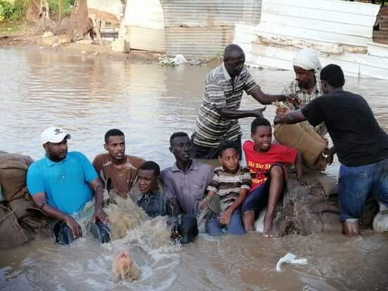 Des habitants de l'île de Tuti, au nord de la capitale Khartoum, créent des barrages humains pour diminuer le flux de l'eau du Nil qui inonde le pays. Image envoyée par notre Observateur.