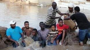 أقام ساكنو جزيرة توتي شمال العاصمة الخرطوم حواجز بشرية للتقليص من قوة تدفق مياه النيل الذي فاض في البلاد. صورة أرسلها لنا مراقبنا.