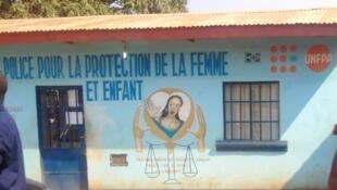 """Des Observateurs de Lubumbashi affirment avoir été arrêté par police de protection des femmes et des mineurs de Lubumbashi pour """"atteinte aux moeurs"""", et gardé en détention dans ces locaux."""