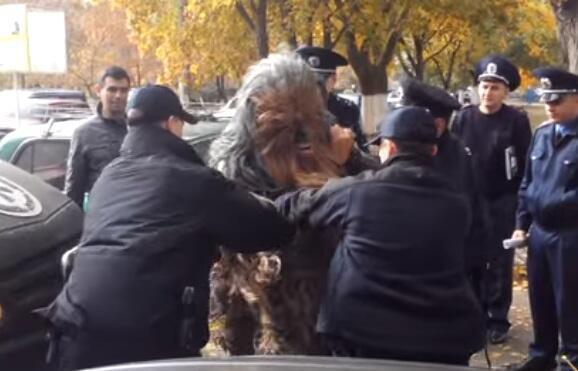 """Un homme déguisé en Chewbacca, le personnage de """"Star Wars"""", a été arrêté dimanche à Odessa en marge des élections locales."""